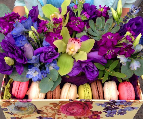 Цветы с МАКАРУНАМИ :: kompliment flowers GB16